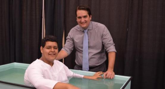 En el evento, muchas personas eligieron bautizarse, incluido el bautismo de Alejandro Toledo (en la foto con el pastor Rafael Soto), miembro de la Iglesia Hispana de Lorton (Va.) de la Asociación Potomac.