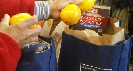 Un empleado del gobierno carga comestibles.