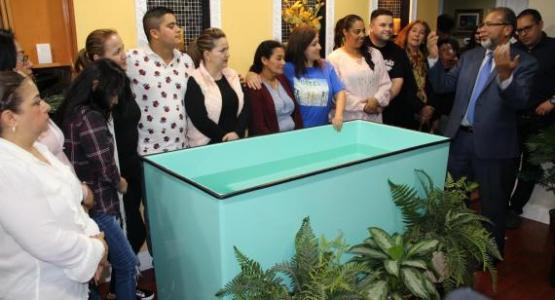 """El presidente Jorge Agüero (derecha) se dirige a los amigos de la comunidad que asistieron al pequeño grupo de Vida GPS llamado """"Emmanuel""""."""