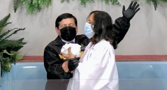 Ever Gonzalez baptizes Nancy Viera