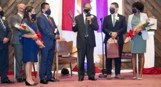 Jorge Agüero (centro), presidente de la Conferencia de Nueva Jersey, ordena a Joe Daniel Navarro (en la foto de la izquierda, con su esposa, Tatiana) y Anthony Baffi (a la derecha, con su esposa, Yayris)
