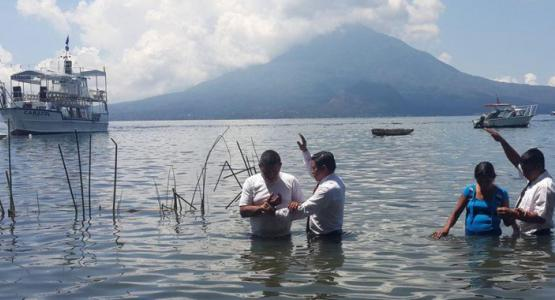 Two people being baptized during a mass baptism of 1,000 in Guatemala's Lake Atitlan on March 29, 2015 (Gustavo Mendez/IAD)