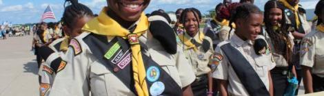 Kedrine Meus, membre du club des Eclaireurs de l'église Maranatha de la Fédération de New Jersey à Newark, porte la bannière de son club lors du défilé Columbia Union et Atlantic Union.