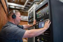 El ingeniero de WGTS Joshua Pierce enciende 88.3.