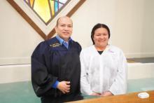 Julian Tinoco, pasteur de l'église espagnole Edison de la Fédération de New Jersey baptise Luz Pino pendant la Caravane de l'espoir. Photo de Jorge Pillco