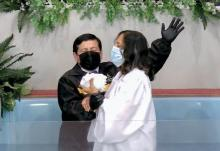 Ever Gonzalez baptizes Nancy Viera
